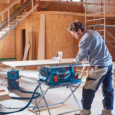 Profesional trabajando con una sierra de mesa Bosch